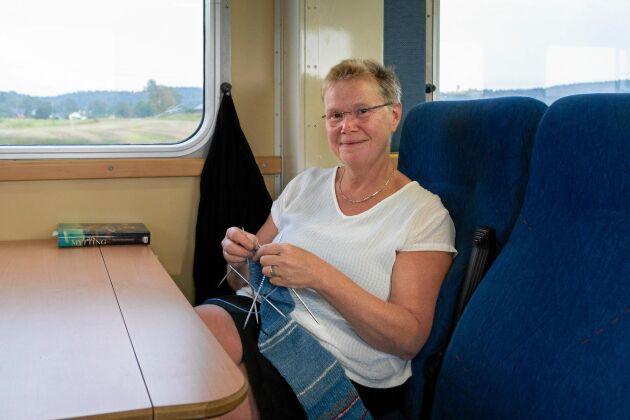 Tågpendlaren Anna-Karin Albertsson har stickat olika färger för när tåget är försenat och när det är i tid.