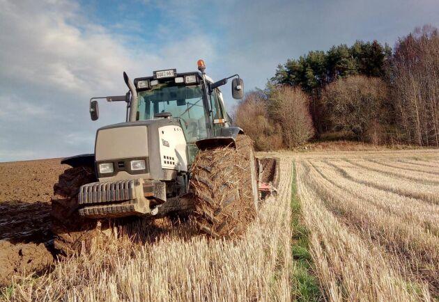Den här Valmet 8350, med 5 000 timmar på mätaren, plöjde jag med förrförra hösten hos en bonde utanför Gråbo. Vilken maskin!, hälsar Johannes Andersson.