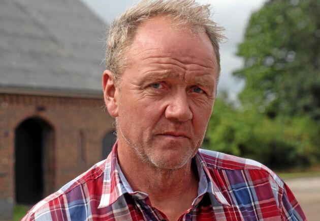 Magnus Pålsson på Lyngagårdens Lantbruk AB kan själv fullfölja sina fastpriskontrakt men välkomnar föreningarns respit till odlare som inte klarar det i år till följd av torkan. Ibland hjälper föreningen odlarna och ibland hjälper odlarna föreningen och vem behöver inte hjälp i år? frågar han sig.