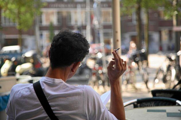Dags att fimpa cigaretten. Den 1 juli är det slutrökt på bland annat uteserveringar och busshållplatser.