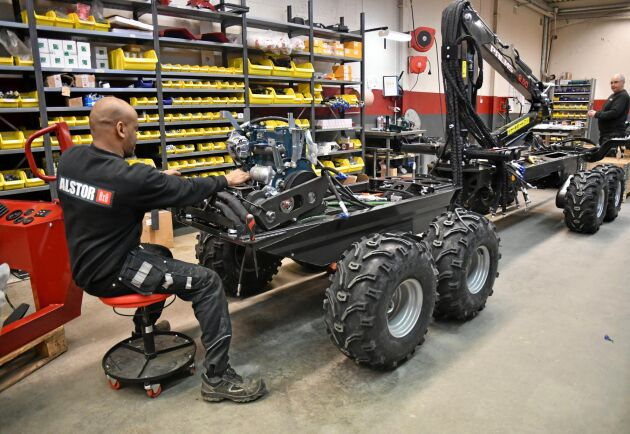 Genom att bygga ut anläggningen i Dingle kommer Alstor att kunna öka produktionen av små skogsmaskiner. Här monterar Sirak Abraha. Längre bort står Sven Larsson.