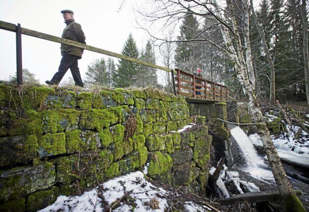 Bron som Björn Carlsson vandrar på är troligtvis byggd i början av 1700-talet. Den tillhör en gammal sågverksdamm som en gång i tiden reglerade fallhöjd för vattenhjul som drev blåsbälgar till hyttan.