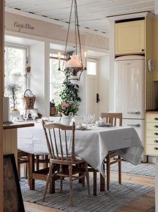 Kökets luckor målades om i en varm gul färg och då installerades även nya vitvaror som gick i samma färgton.
