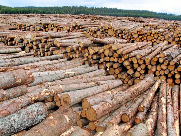 Det totala lagret av barrsågtimmer, massaved och massaflis ökar kraftigt. Enligt Skogsstyrelsens lagerundersökning låg det på 10,1 miljoner kubikmeter den 31 mars i år.