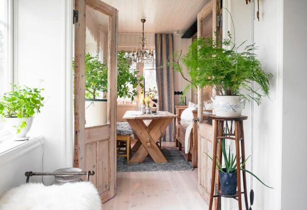 De gamla pardörrarna leder in mot köket, i ljusa färger och lantlig stil.