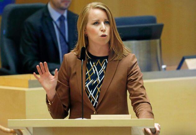 Annie Lööf (C) lyfte hoten mot bönder i sitt anförande under partiledardebatten i riksdagen.