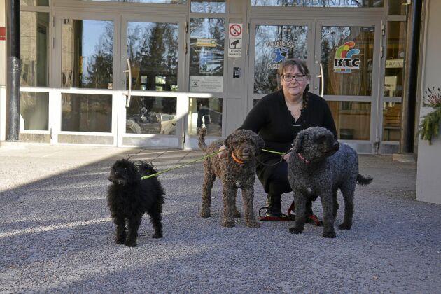 Eva Jansson utbildade sig och sina hundar till Pedagogiskt tjänstehundsteam och de arbetar nu på Resursskolan som är belägen vid Duveholmsgymnaiset i Katrineholm