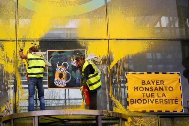 Miljöaktivister spraymålar Monsantos ägare Bayers högkvarter i Paris i protest mot företagets produkter.