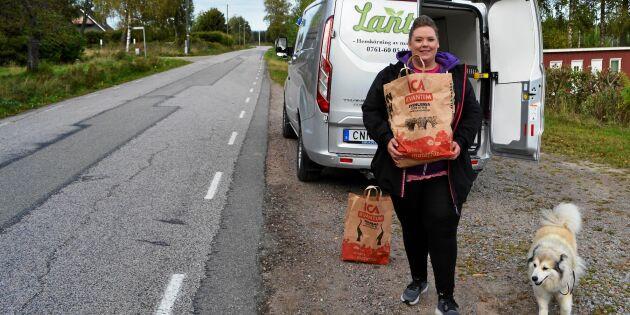 32-åriga Emmelie driver egen budfirma – kör ut varor till landsbygdsbor!
