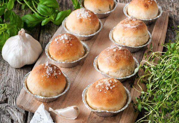 Goda örtbröd i muffinsformar, fyllda med vitlökssmör.