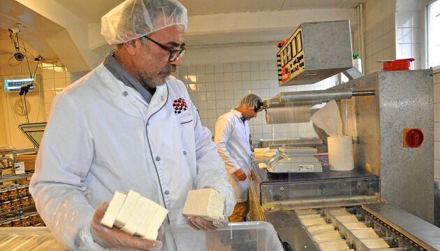 Mohamad Godeh och Alireza Zahedi på Nablus mejerier tillverkar ostar av svensk mjölk.