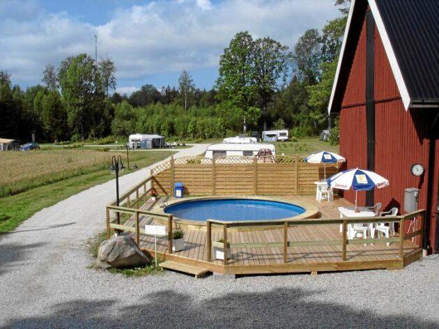 En mindre pool på campingen kostade inte så mycket att bygga men gör vistelsen extra kul för barnfamiljer.