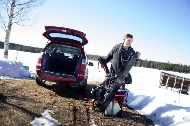 Då Land Skogsbruk träffade Håkan Önneholm 2014 visade han hur smidig paramotorn var att lyfta in och ur bakluckan på bilen. Isen, på sjön knappt 100 meter från gården, är perfekt att lyfta ifrån. Men enligt Håkan Önneholm går det vid behov även bra att lyfta från en väg.