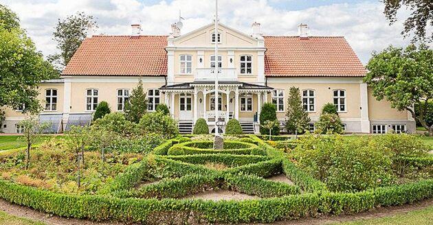 Bostadsbyggnaden har en boarea på cirka 600 kvadratmeter och byggdes 1865.