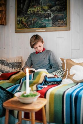 11-årige Harry gillar lugnet i torpet och får ro at läsa en bok.
