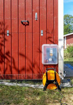 Nätaggregatet för eltrådarna sitter skyddat från regn.