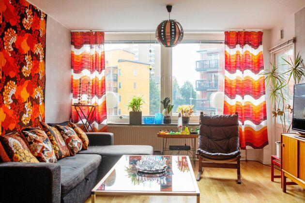 Vardagsrummet! Mer 1970-talstil på textilierna går knappt att få. Allt är gult, brunt och orange.