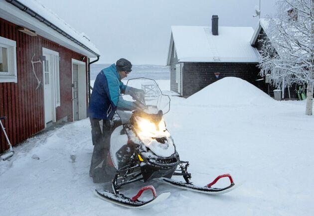 Albin Holmberg i Skansnäs startar upp skotern utanför huset vid Vindelälven. Här i byn tar vägen slut. Västerut tar vildmarken över.