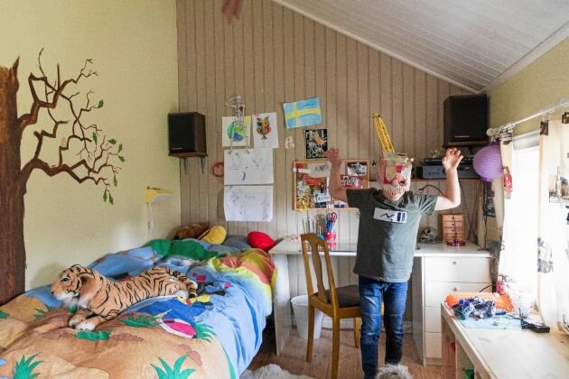 Anton gillar att bygga läskiga masker och trivs i sitt rum under snedtaket på övervåningen.