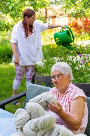 Mamma Ingrid har alltid något för händerna. Ann-Charlotte uppskattar detta lugna men ändå aktiva sätta att sköta sysslor i vardagen.