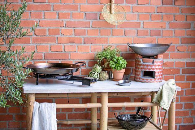 Nya idéer. Här syns en ringbrännare och en rustik kolgrill från Tranquilo. Den lilla kolgrillen är tillverkad av lera och återbrukad plåt. Foto: Tranquilo.
