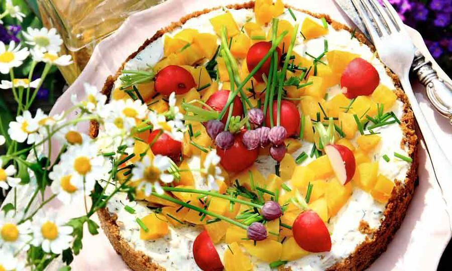 Till midsommar passar en kall tårta med böckling och inlagd gurka.