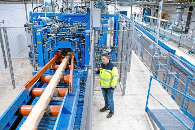 """""""Den nya sågen skapar ett effektivare flöde"""", säger Magnus Algotsson, platschef i Långsjö, i ett pressmeddelande."""