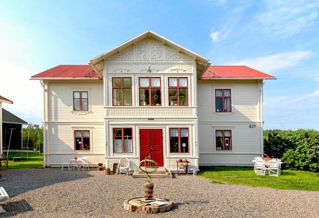 Gården ligger i lugna omgivningar i Norrala i Söderhamns kommun.