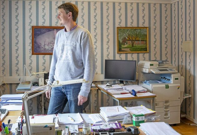 Johan Christensson på kontoret i den gamla mangårdsbyggnaden på ursprungsgården som renoverades och används idag som kontor och personalrum.