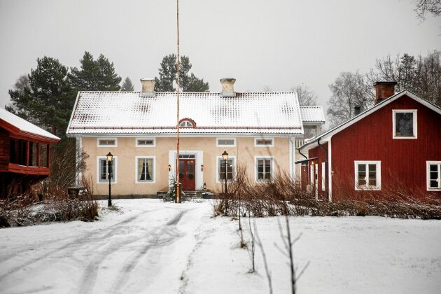 I den röda gamla bagarstugan på bergsmansgården vill paret öppna en gårdsbutik i framtiden.