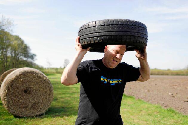 """Peder Klingborg tränar på Farmers Fitness med att rulla rundbalar och lyfta däck och bensindunkar fyllda med vatten. """"Vi vill låta folk träna som bönder för bönder är vrålstarka!"""" säger Petra Alm-Johansson, som vågade satsa på en lantlig träningsanläggning."""