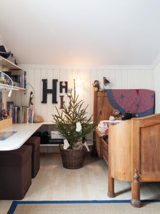 En gran behöver inte ta mycket plats. Här är en nätt julgran i korg, klädd med vita strumpor.
