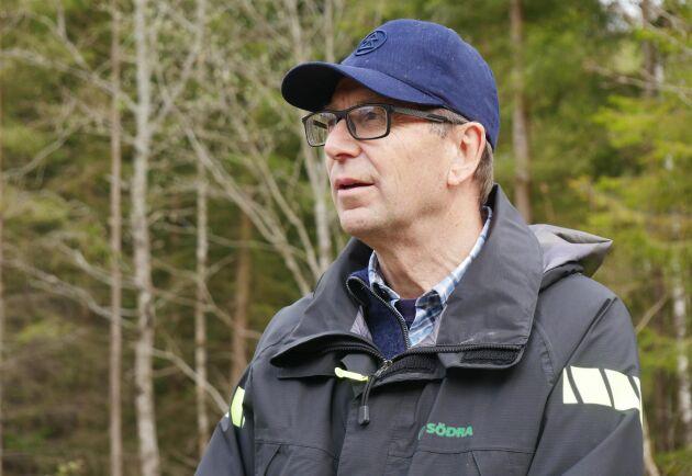 Tomas Andersson vid Södra Skogsägarna är en av projektledarna för Kraftsamling Tall och reser mycket i södra Sverige för att bevaka klövviltskador. Han är orolig över utvecklingen.