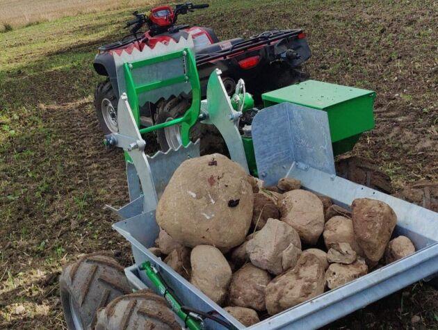 En ATV eller UTV på över 450 kubik rekommenderas för att kunna dra stensamlaren.