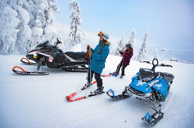 Den här dagen står skidliftarna stilla. Med snöskotrarnas hjälp tar de sig upp i backen. Sedan kan de själva njuta av lite åkning.