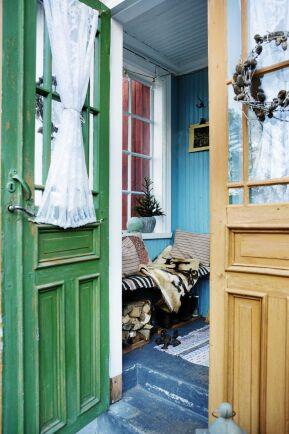 Pardörrarna från 1900-talets början är målade i linoljefärg som åldras vackert.