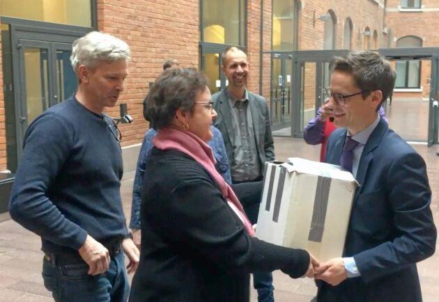 Västerbottens allmänningar lämnar över namnunderskrifter till Näringsdepartementet.