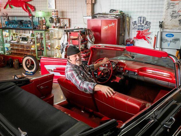18 stycken kaxiga vrålåk glänser hemma Elving Långdahls belamrade garage. Inkromet i hans Chevrolet Impala skäms knappast för sig.