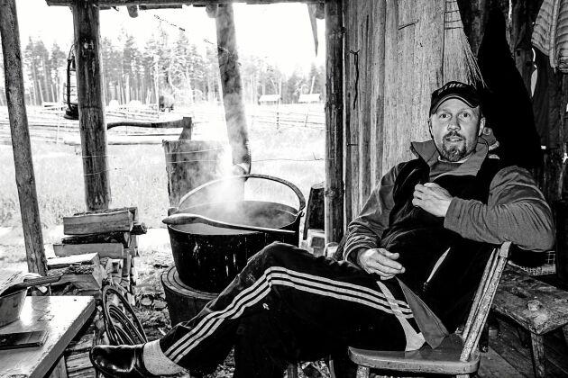 Robert Axelsson kommer från en fäbodsläkt och är van att leva ett liv som bygger på självhushåll.