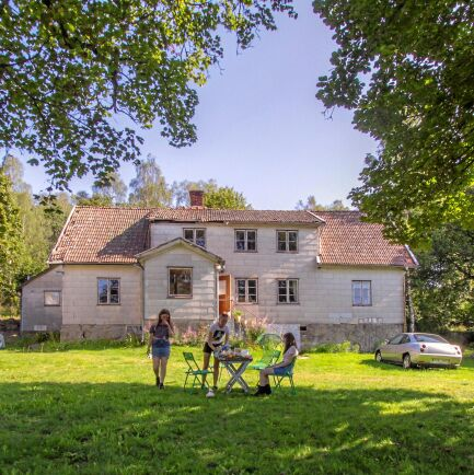 Gården tros ha anor till 1600-talet och har stått tom i 20-30 år. Senaste renoveringen gjordes 1946.