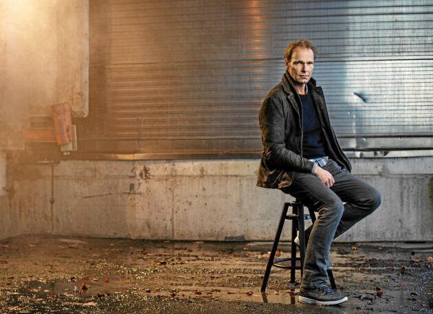 Jonas Bonnier har intervjuat fyra av de som dömts för det så kallade Helikopterrånet, och det är också titeln på hans roman.