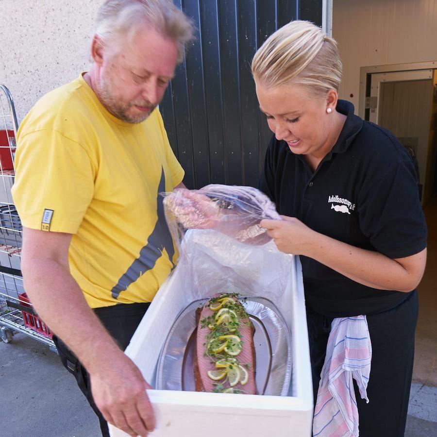 Pappa Christer hjälper Anna att köra ut fiskrätter till cateringkunder.