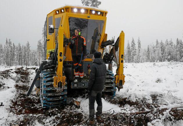 """""""Över förväntan, och få stopp"""", säger maskinföraren Lars Nilsson, uppe på maskinen. På marken Joakim Eckerström."""