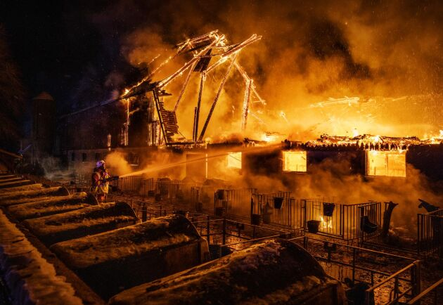 Det var natten till den 4 februari som branden bröt ut. Först trodde Anders Engström att det var någon granne som sköt ett fyrverkeri. Sedan såg han att det var hans ladugård som stod i lågor.