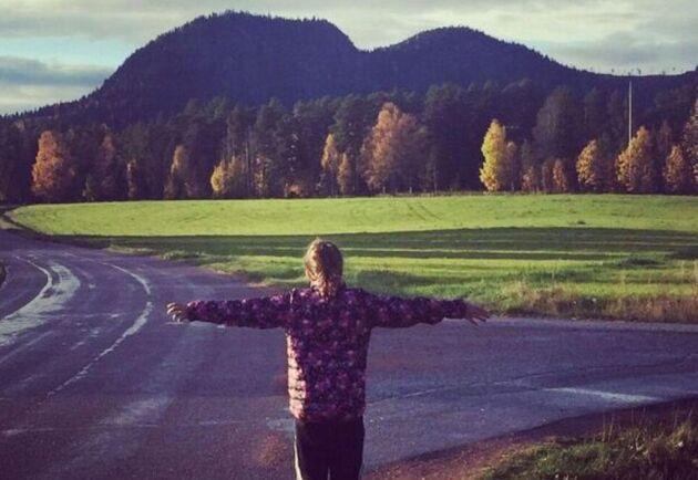 """Bild från ett av Terese Bengards Twitterinlägg på @swedenkontot, publicerad med texten """"Så här känner jag och mina döttrar för vårt hem."""""""