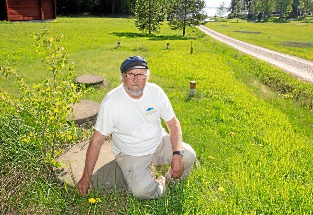 KÄMPAR MOT KOMMUNEN. Fiskaren Roland Karlsson, 75, äger en av två jordbruksfastigheter som berörs av Köpings kommuns planer på att ansluta sommarstugeområden till det egna VA-nätet. Att han redan har ett fullt fungerande enskilt avlopp med väl tilltagen markbädd och infiltrationsledning spelar ingen roll.