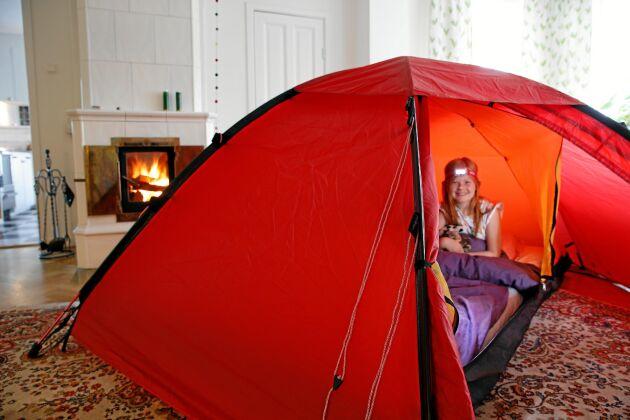 Bestäm vilket rum ni ska använda i bostaden om värmen slutar att fungera. Genom att bo tätt tillsammans, gärna i ett rum där det finns en alternativ värmekälla kan man hålla värmen även mitt i smällkalla vintern. Ett bra tips för att öka värmeisoleringen är att slå upp ett tält inomhus.