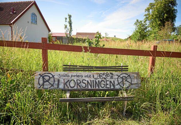 Det är populärt att besöka Mandelmanns gård Djupadal, men turisterna har ställt till en del parkeringsproblem i bygden.