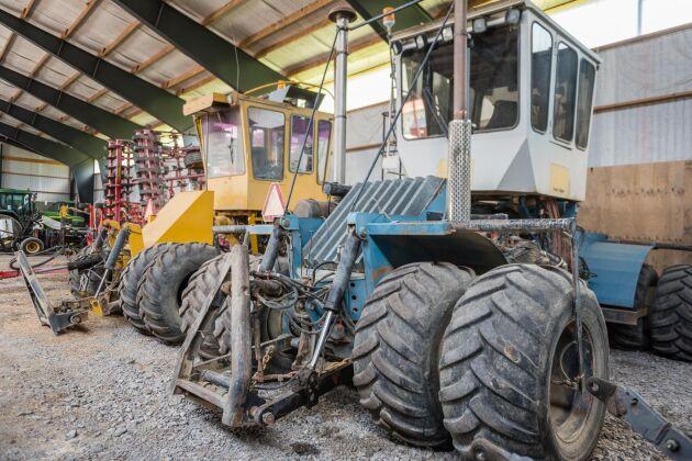 På Helleby finns flera hembyggda maskiner, bland annat traktorer för jordbearbetning. Den gula på bild byggdes i slutet av sjuttiotalet och den blåa på åttiotalet.