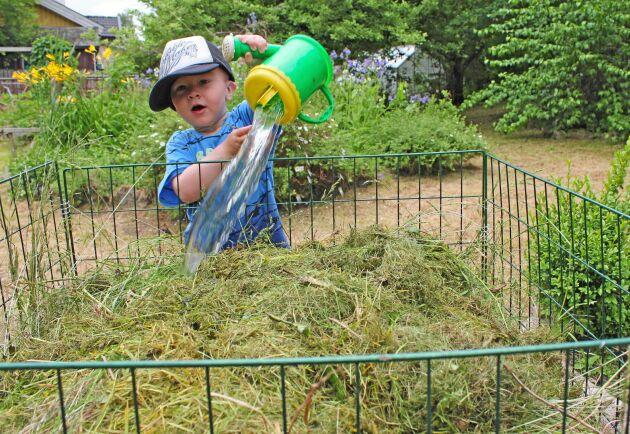 Lekande lätt. Wiggo Aurén, 2 år, jobbar hårt i jordfabriken. Allt som behövs för att få fin kompost är gräs och vatten. Små, små djur gör resten.